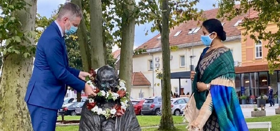 Spreading the message of peace, Ambassador of India to Slovenia Namrata S. Kumar and Mayor Tilen Klugler of UN Peace messenger city Slovenj Gradec paid homage to Mahatma Gandhi on 2 October 2020